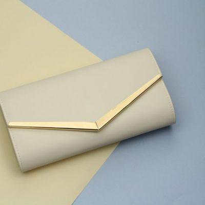 2645e2edff331 Beżowo kremowa lakierowana torebka kopertówka wieczorowa